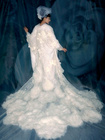 差し色やアクセサリーを使って自分らしく! 誰ともかぶらない白無垢で凜とする美しい花嫁に